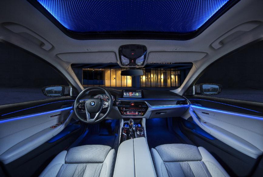 全新bmw 5系li越级豪华亮点    从打开车门的一瞬间,迎宾光毯映照出的
